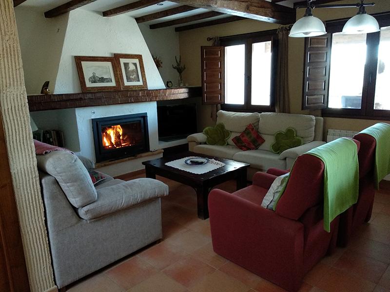 Casa rural el Abuelo Luis Comedor con chimenea lateral
